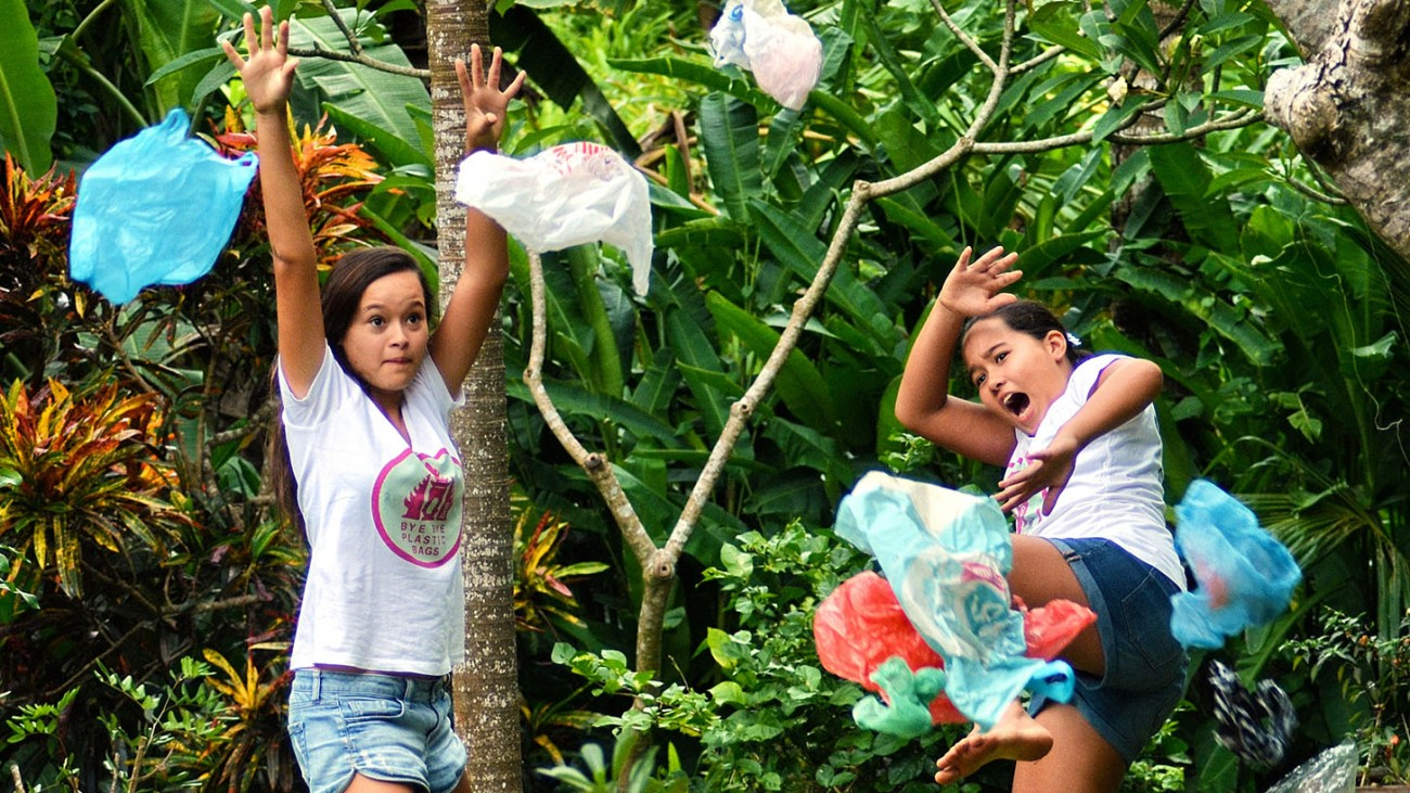 Два підлітка заборонили поліетиленові пакети на Балі