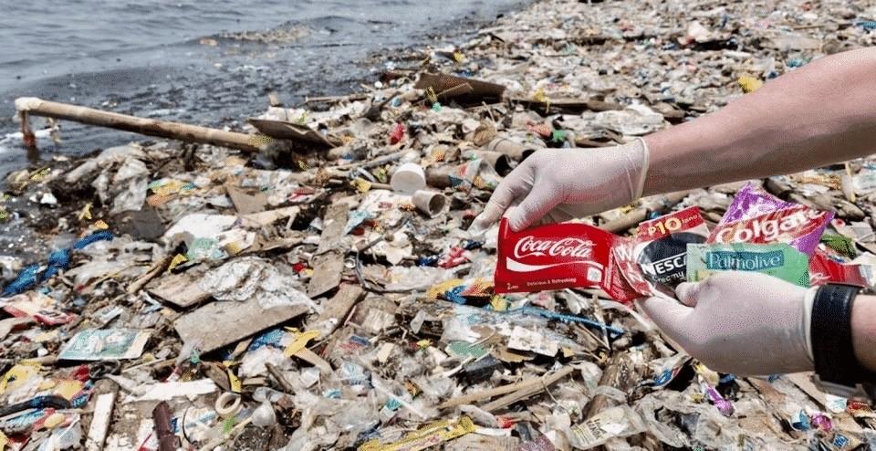 Coca-Cola, Pepsi та ще 8 компаній звинувачують у забрудненні океанів і обмані щодо переробки пластику
