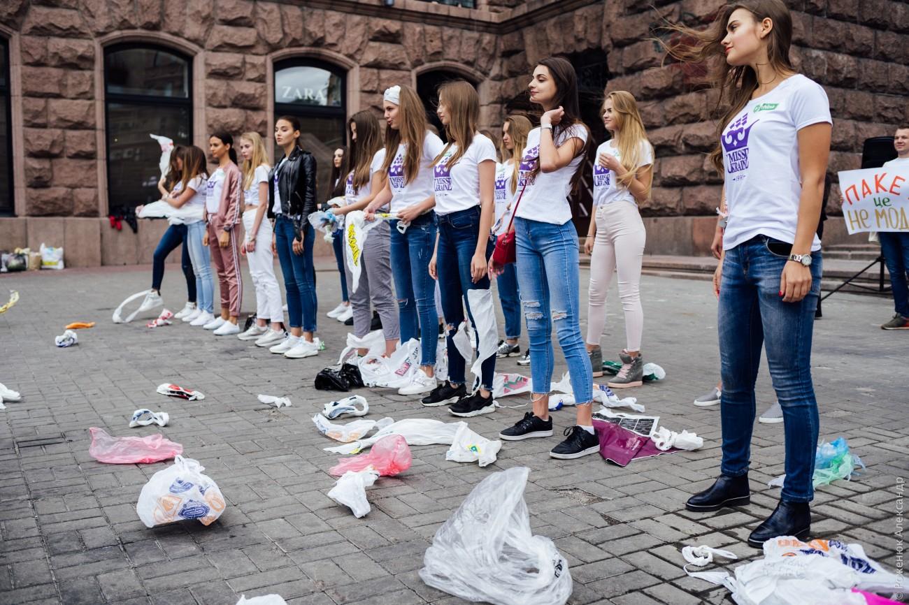 """Фотозвіт з акції """"Пластиковий пакет - це не модно!"""""""